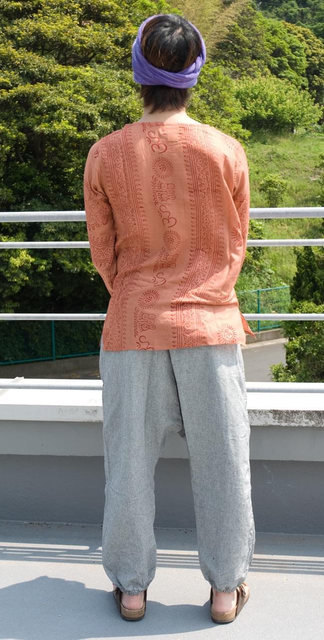 ネパールゲリのアフガンパンツ 【グレー】の写真3 - 後ろ姿はこんな感じです。後ろ姿はシンプルですね。