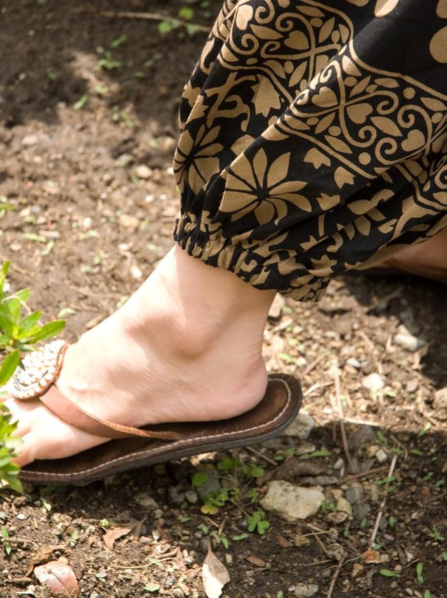 ぞうさんとお花のアラジンパンツ 【黒×薄茶】の写真6 - 足首部分もゴムなので、ちょっとくらいサイズが合わなくても気になりません。