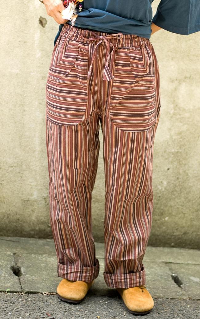 コットンストライプパンツ 【ブラウン系】 2 - 正面からの姿です。ゆったり目のストレートなので、とても履きやすいです。