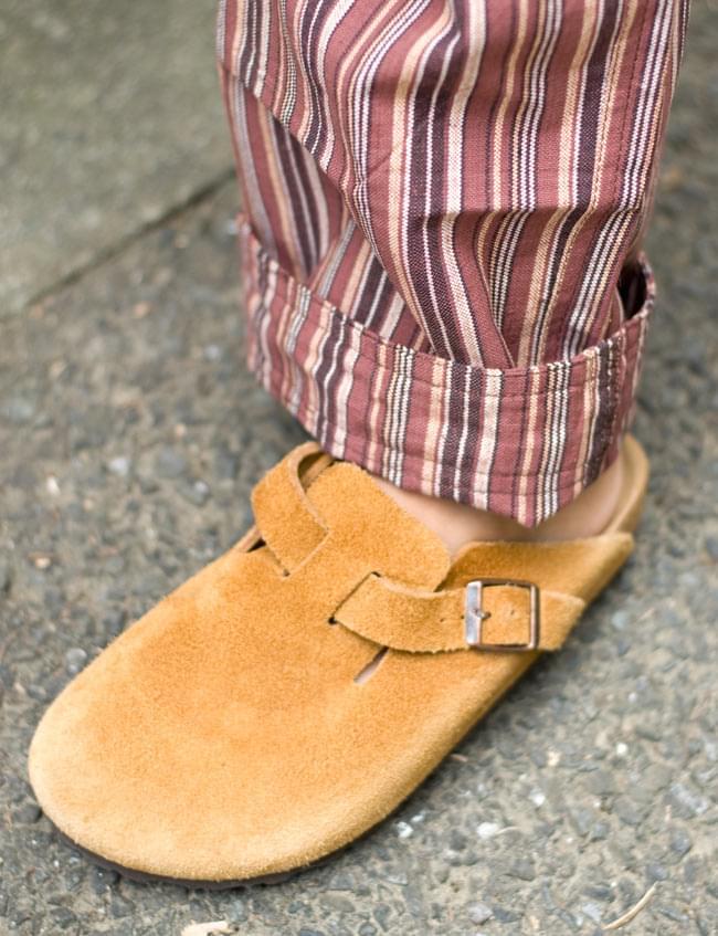 コットンストライプパンツ 【ブラウン系】 5 - 裾部分です。ちょっと長い場合は、このようにひとつ折って履いても違和感ありません。
