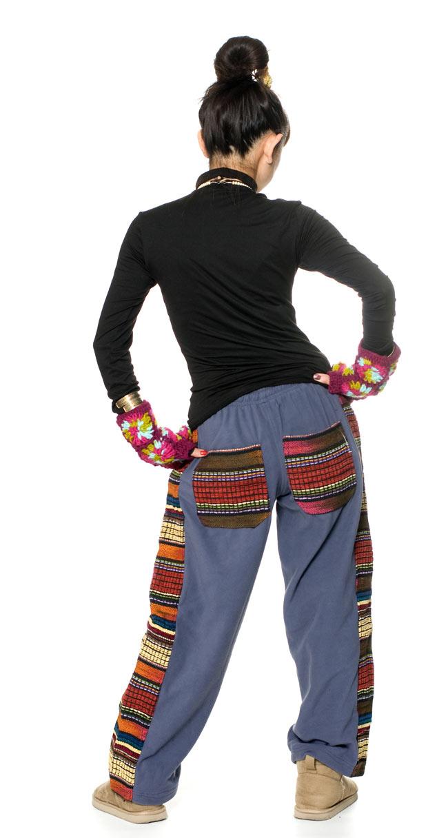 ネパールのフリースロングパンツ 【ふじ】 3 - 後ろ姿はこんな感じです。ポケットのデザインが個性的です。