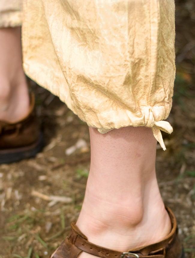ストーンウォッシュの八分丈パンツ 【キャメルベージュ】 7 - 足首はキュッと結べるデザインです。結ばずにゆったりはいてもいいですね。