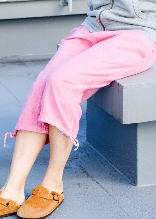 ストーンウォッシュの八分丈パンツ 【ピンク】の写真