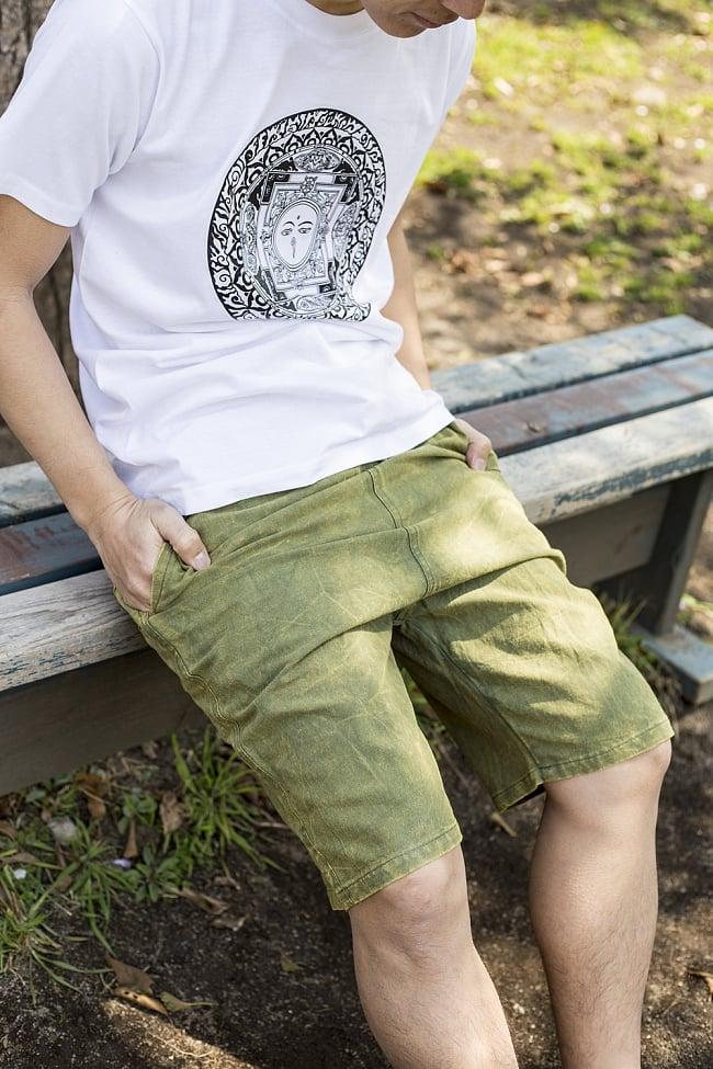 ストーンウォッシュのハーフパンツ 4 - 選択B:グリーンの着用例です。