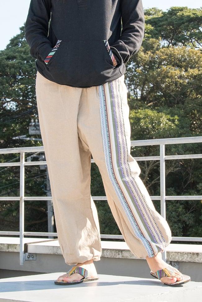 ネパールゲリのアフガンパンツ 【ベージュ】 2 - 左サイドにはネパール独特の布地が飾り付けられています。サイドが可愛いですね!