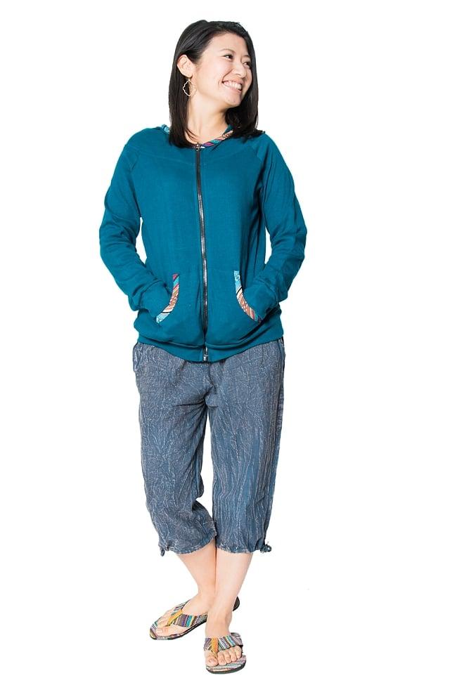 ストーンウォッシュの八分丈パンツ 【ダークブルー】の写真2 - 身長165cmのスタッフの着用例です。