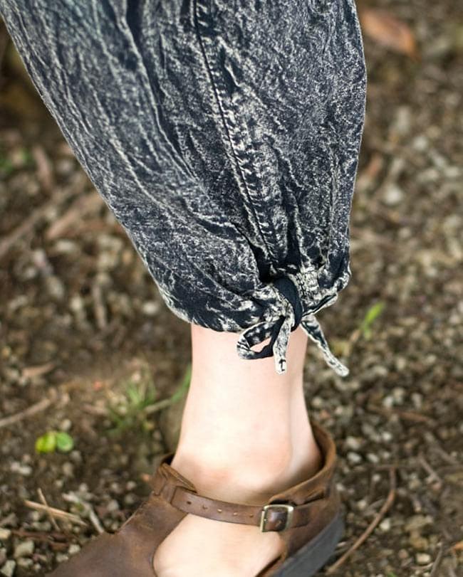 ストーンウォッシュの八分丈パンツ 【ダークブルー】の写真6 - 足首はキュッと結べるデザインです。結ばずにゆったりはいてもいいですね。