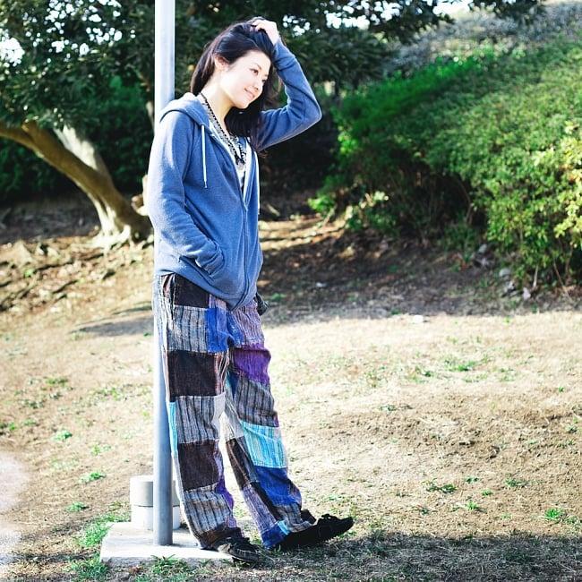 パッチワークのストーンウォッシュパンツの写真3 - 楽な着心地。こちらは身長165cmのモデルさんによる着用例です。