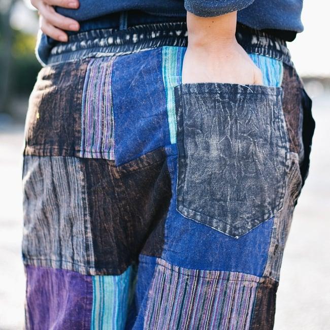 パッチワークのストーンウォッシュパンツの写真5 - 前のポケットが左右に2つ、後ろポケットは右側に1つあります。