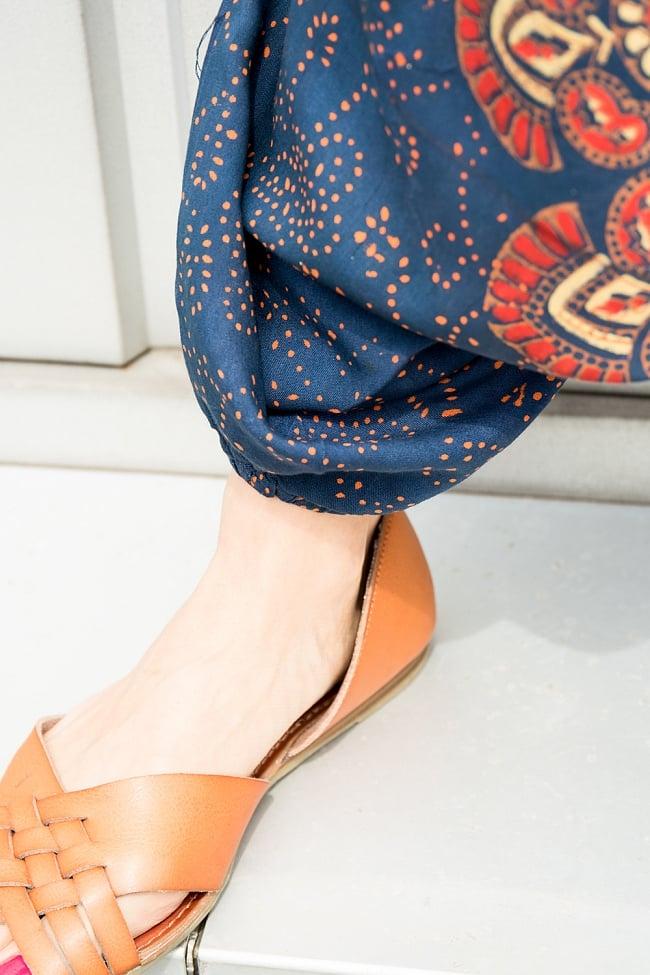 マンダラプリントのアラジンパンツの写真3 - 裾もゴム式になっているのでパタパタせず脚さばきが楽ちんです。