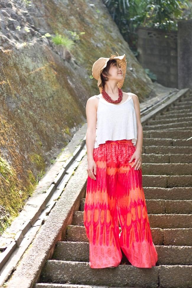 イカットプリントのワイドフレアパンツ 11 - E:赤系 身長152cmのモデルさんが着用してみました。