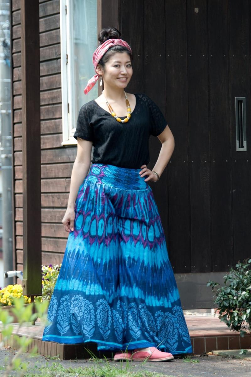 イカットプリントのワイドフレアパンツ 2 - A:青+紫 身長165cmのモデルさんの着用例になります。