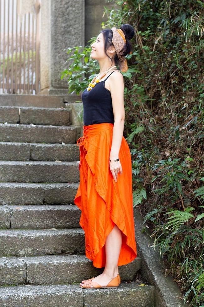シンプルカラーのフレア巻きパンツ 2 - 横からの姿になります。スカートのようにも見える不思議なデザインです。