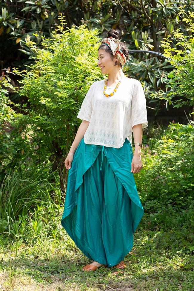 シンプルカラーのフレア巻きパンツ 9 - 選択4:エメラルド。身長165cmのモデルさんの着用例です。爽やかな色合いが素敵です。