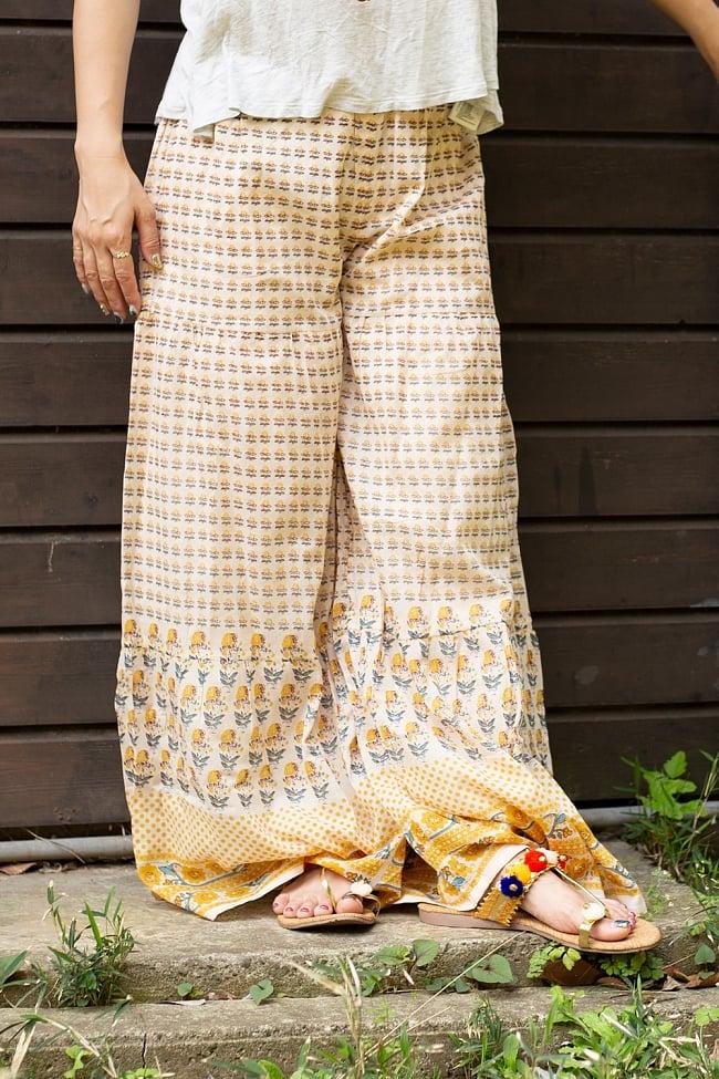 ふんわりコットンのボタニカルワイドパンツ 3 - 裾周りにもクラシックな花柄が用いられています。