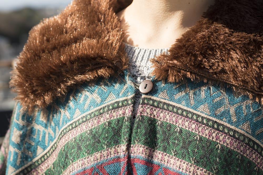 トライバルデザインの大きめふわふわポンチョ 6 - 襟周りはファーがついていて暖かです。