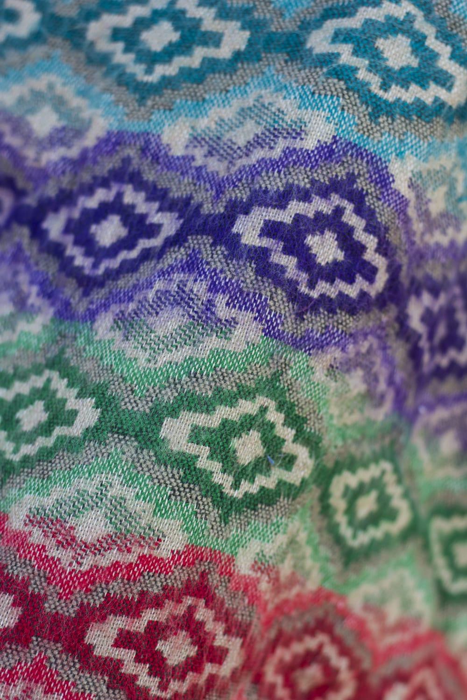 ドットパターンのふわふわポンチョ 5 - ふわっとしたセーター状の生地でできています。