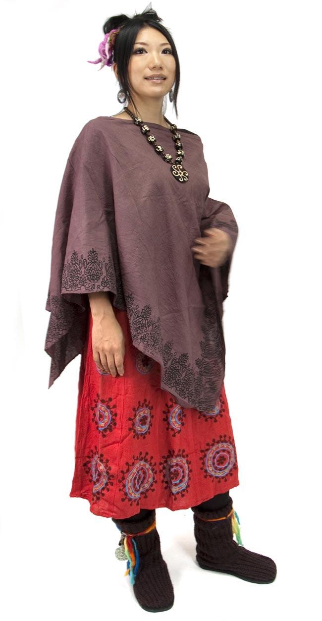 エスニックプリントスカートポンチョ【紫】  5 - ↑身長160cmのモデルさんがポンチョとして着用してみました。こちらは、同種の色違いを着用しています。