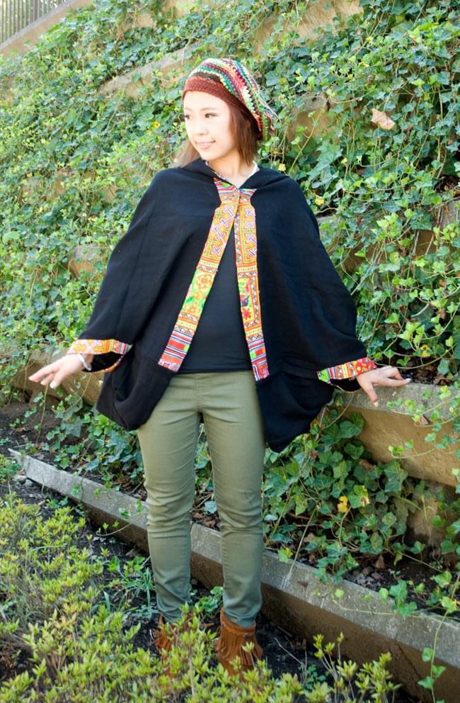 モン族刺繍ポンチョ 【黒】 2 - スカートにもパンツにも合わせやすいです。