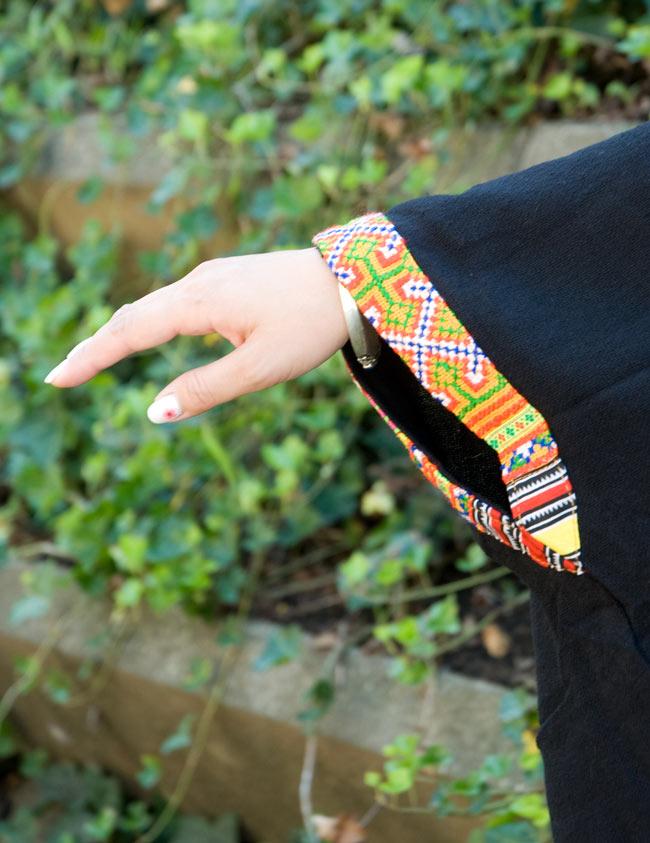 モン族刺繍ポンチョ 【黒】 5 - 袖口は刺繍があります。