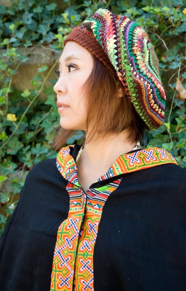 モン族刺繍ポンチョ 【黒】 6 - 胸元はウッドボタンで留めてあります。
