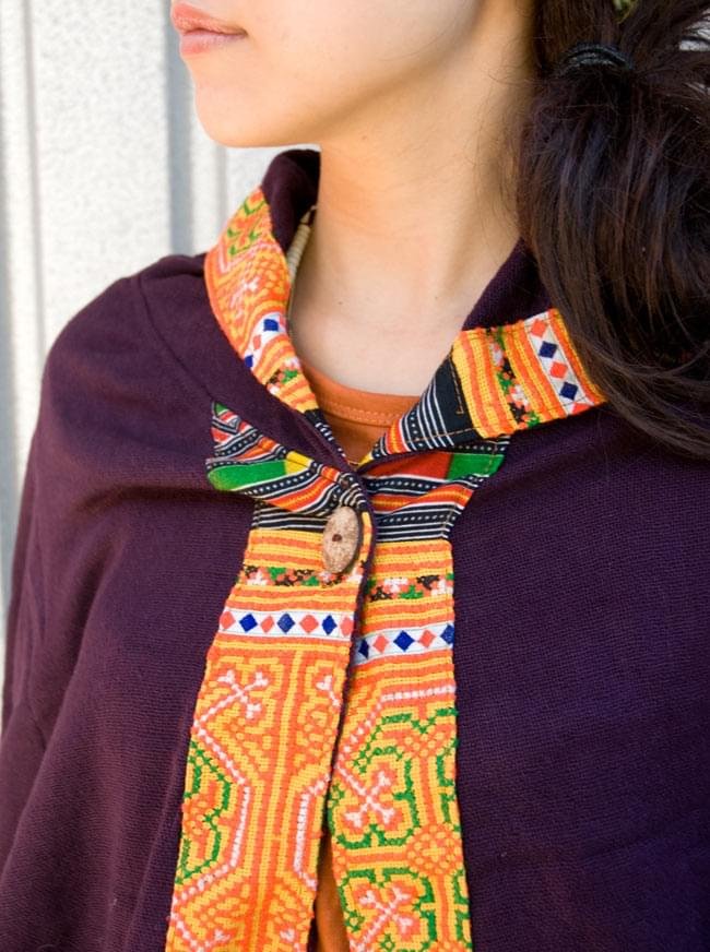 モン族刺繍ポンチョ 【ダークパープル】 6 - 胸元はウッドボタンで留めてあります。