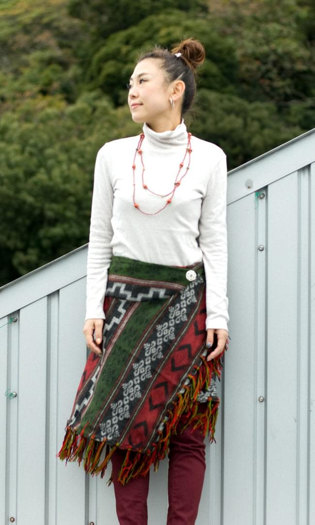 ネイティブ柄のストール風ボタンポンチョの写真8 - こんな風にスカートのように巻きつけても可愛い!