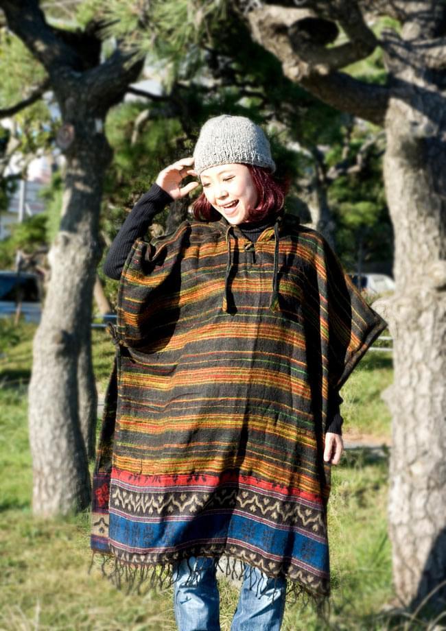 ふわふわボーダーとダッカ織りのポンチョ  2 - B:黒×赤青