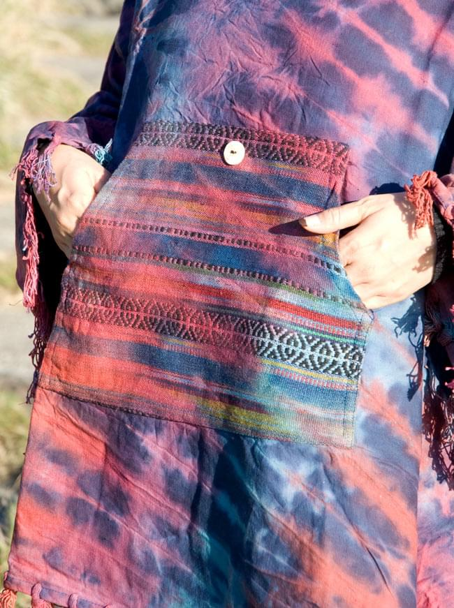 ゲリポケットのラウンドポンチョの写真8 - 正面にはゲリ素材でおおきなポケットがあります。