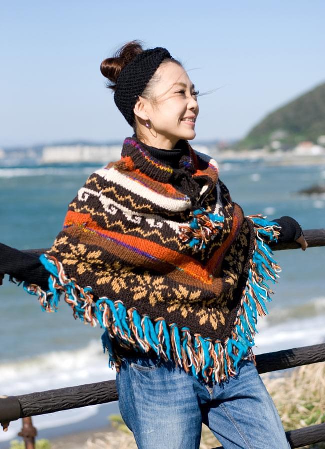手編みのカラフルウールポンチョの写真