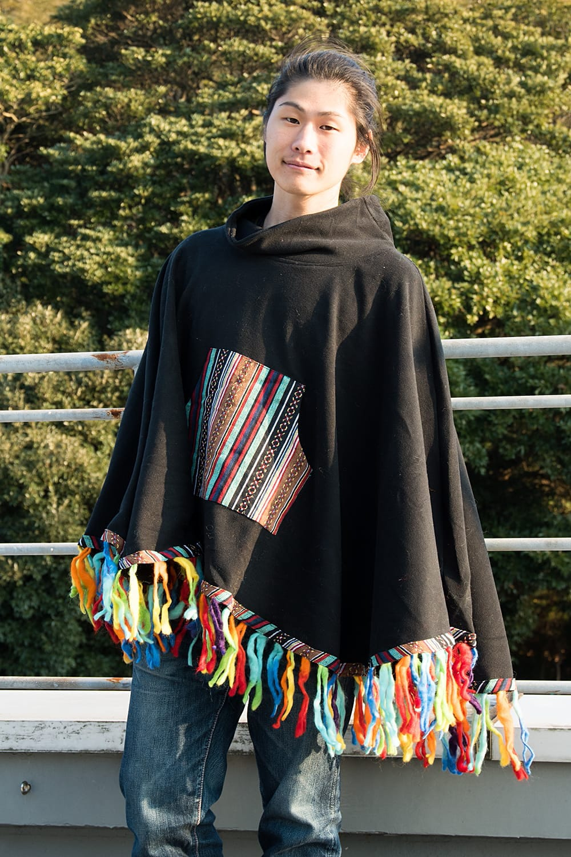 ネパール伝統布とフェルト飾りのフリースポンチョ 2 - 選択B:緑・茶色系 男性が着用してみた例です。