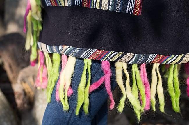 ネパール伝統布とフェルト飾りのフリースポンチョの写真5 - フリンジの部分にはネパール伝統布ともこもこフェルトが用いられています。フェルトのカラーリングは商品ごとに異なるのでアソートでのお届けとなります。