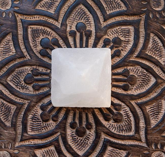 ヒマラヤ岩塩のピラミッド【ホワイト 5cm】 2 - サイズ比較のために手に持ってみました