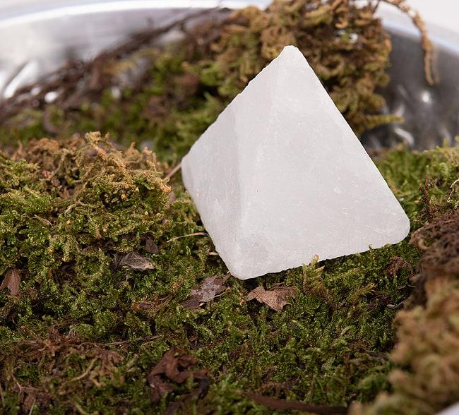 ヒマラヤ岩塩のピラミッド【ホワイト 5cm】 4 - どこに置いても雰囲気がありますね