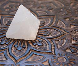 ヒマラヤ岩塩のピラミッド【ホワイト 5cm】の商品写真