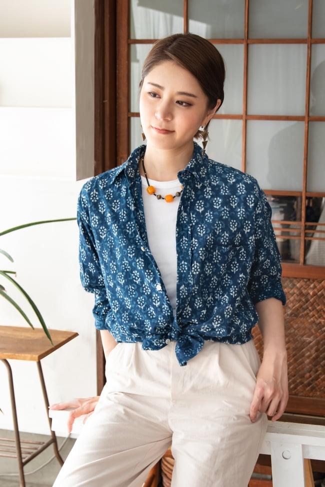 ウッドブロックと藍染の長袖コットンシャツ 2 - 身長165cmの女性が【選択1:Mサイズ】を着てみました。