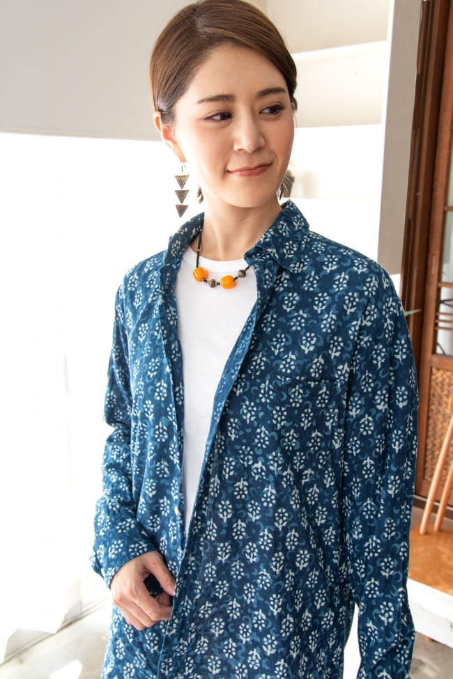 ウッドブロックと藍染の長袖コットンシャツ 3 - さらっと羽織るだけでも雰囲気のあるデザインです。