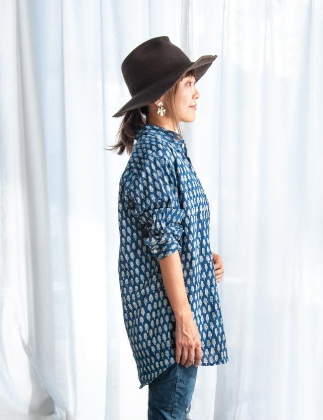 ウッドブロックと藍染の長袖コットンシャツ 6 - 横からの姿はこのような感じです。