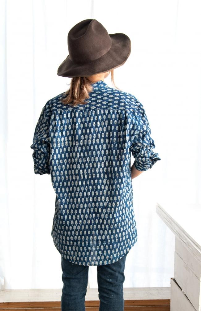 ウッドブロックと藍染の長袖コットンシャツ 7 - 後ろ姿です。お尻も隠れる安心丈なので、羽織りやすいですね。
