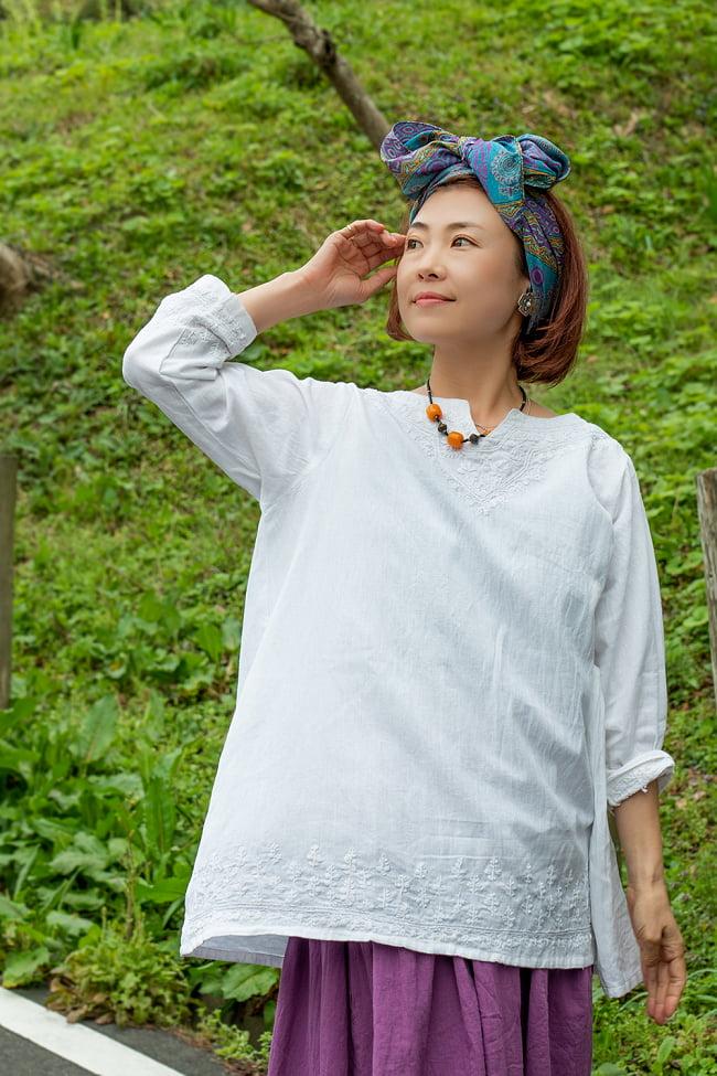 手刺繍が美しい インド綿のストーンウォッシュシャツ 2 - 身長152cmの着用例です。ホワイトもすっきりした印象に。