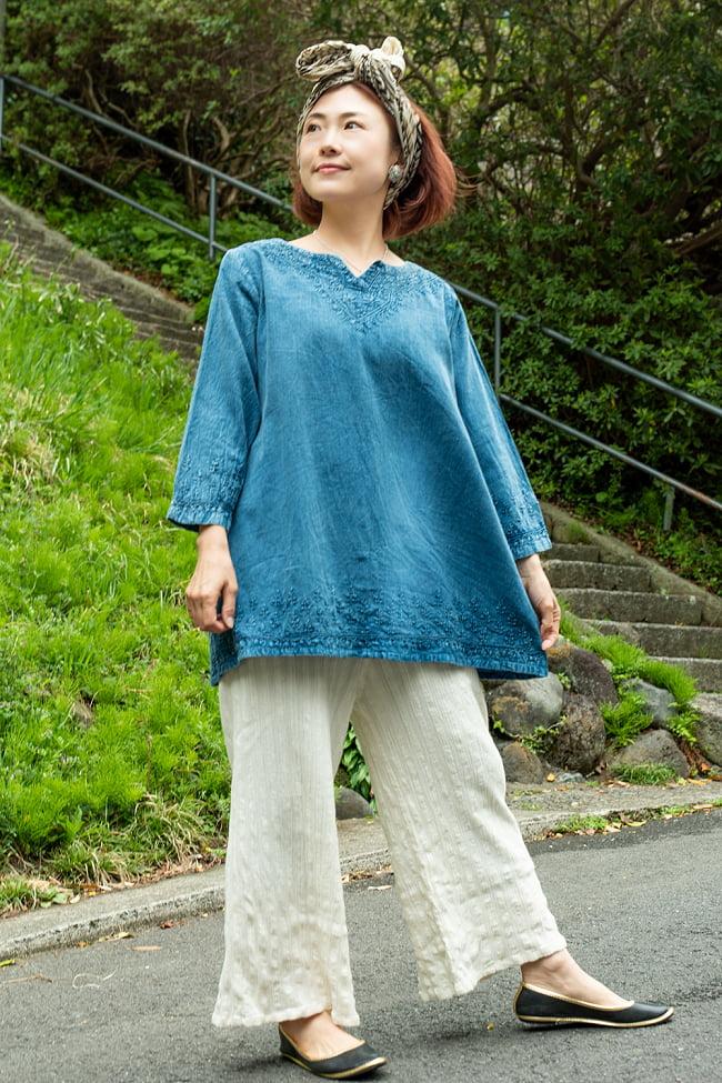 手刺繍が美しい インド綿のストーンウォッシュシャツ 5 - インディゴです。白いパンツと合わせてカジュアルに。