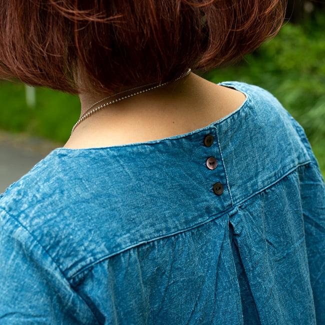 手刺繍が美しい インド綿のストーンウォッシュシャツ 8 - 背中には3つボタンでアクセントに。