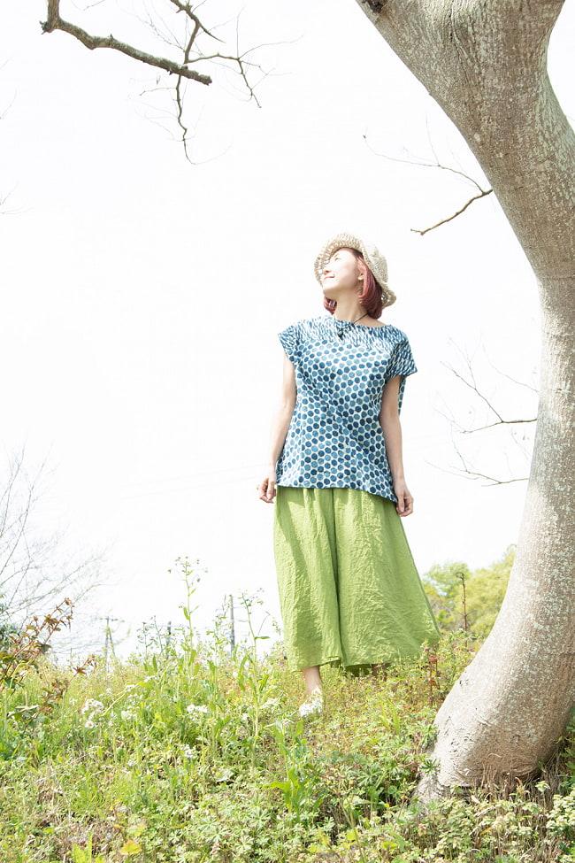 インディゴのろうけつ染めが美しい ドット柄のフレンチスリーブシャツ 2 - 身長152cmの着用例です。