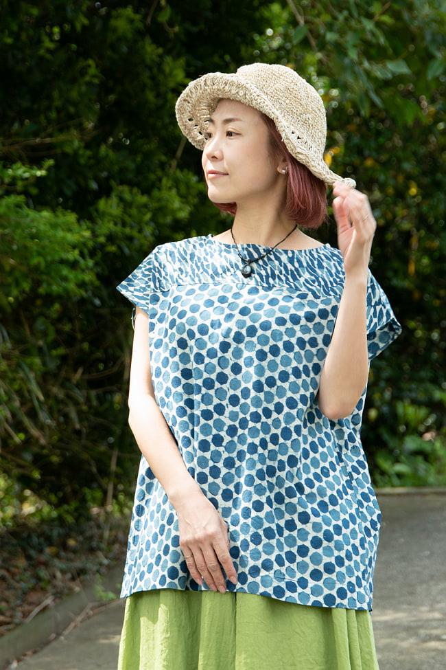 インディゴのろうけつ染めが美しい ドット柄のフレンチスリーブシャツ 3 - 程よい丈感でボトムスを選びません。