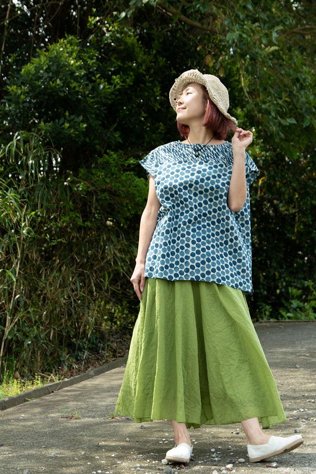 インディゴのろうけつ染めが美しい ドット柄のフレンチスリーブシャツ 4 - ワイドなボトムスとも相性◎