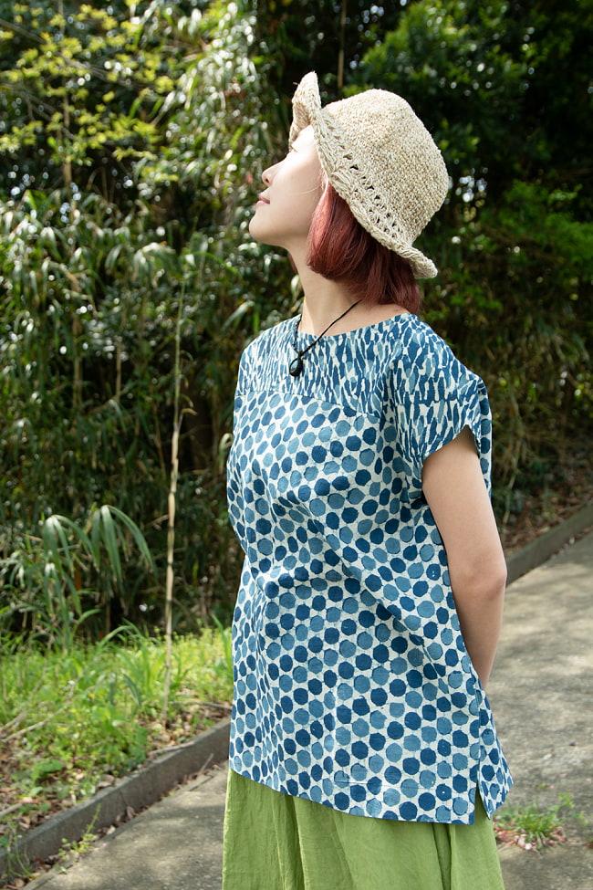 インディゴのろうけつ染めが美しい ドット柄のフレンチスリーブシャツ 5 - 横から見たシルエットです。