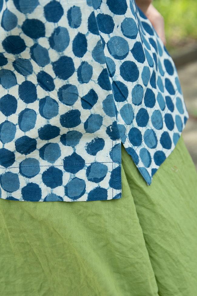 インディゴのろうけつ染めが美しい ドット柄のフレンチスリーブシャツ 7 - サイドにはスリットも◎
