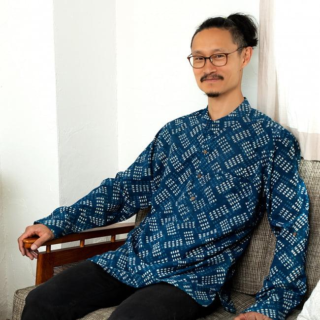 柔らかい風合いが魅力的 藍染とカンタ刺繍のクルタシャツ 2 - 身長180cmのLサイズ着用例です。通常より少し大きめの作りになっています。