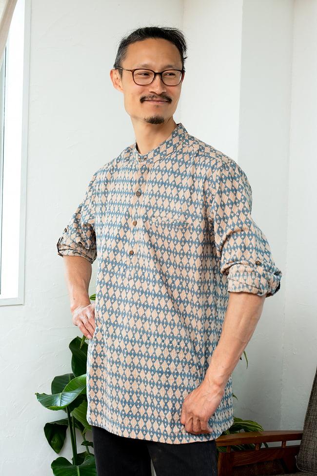 柔らかい風合いが魅力的 藍染とカンタ刺繍のクルタシャツ 3 - 身長180cmのMサイズ着用例です。通常より少し大きめの作りになっています。