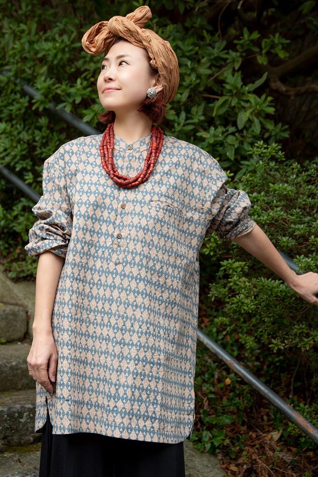 柔らかい風合いが魅力的 藍染とカンタ刺繍のクルタシャツ 4 - 身長152cmのMサイズ着用例です。女性でも大きめに着て可愛いですよ。